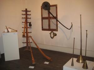 Hirtenhörner aus Metall, Holz und Rinde